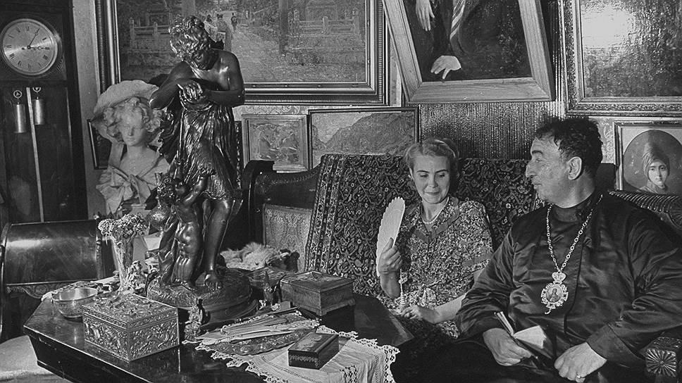 Оказавшись не у дел, Александр Введенский увлекся коллекционированием произведений искусства, в которых, если верить мемуаристам, плохо разбирался