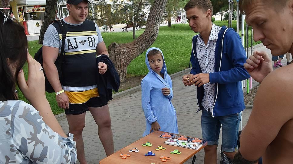 На российских курортах и в других местах скопления туристов модными «крутилками» уже торгуют вовсю