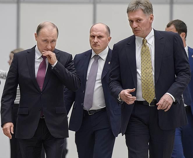 Президент России Владимир Путин (слева) и пресс-секретарь президента Дмитрий Песков (справа)