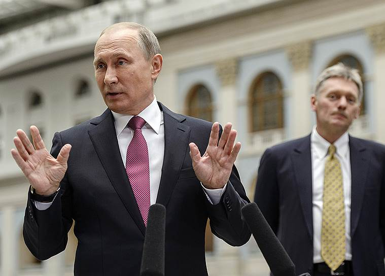 Президент России Владимир Путин (слева) и пресс-секретарь президента Дмитрий Песков