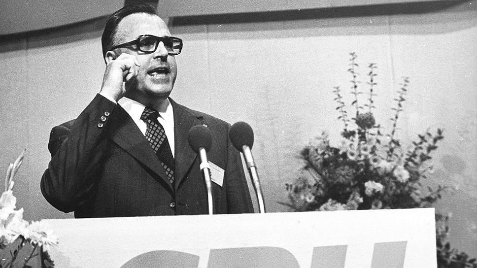 Гельмут Йозеф Михаэль Коль родился 3 апреля 1930 года в Людвигсхафене. Свою политическую карьеру он начал с того, что возглавил молодежную организацию Христианско-демократического союза (ХДС) в родном городе. В 1959 году он стал самым молодым депутатом ландтага (регионального парламента) земли Рейнланд-Пфальц. С 1969 года Гельмут Коль семь лет возглавлял региональное правительство