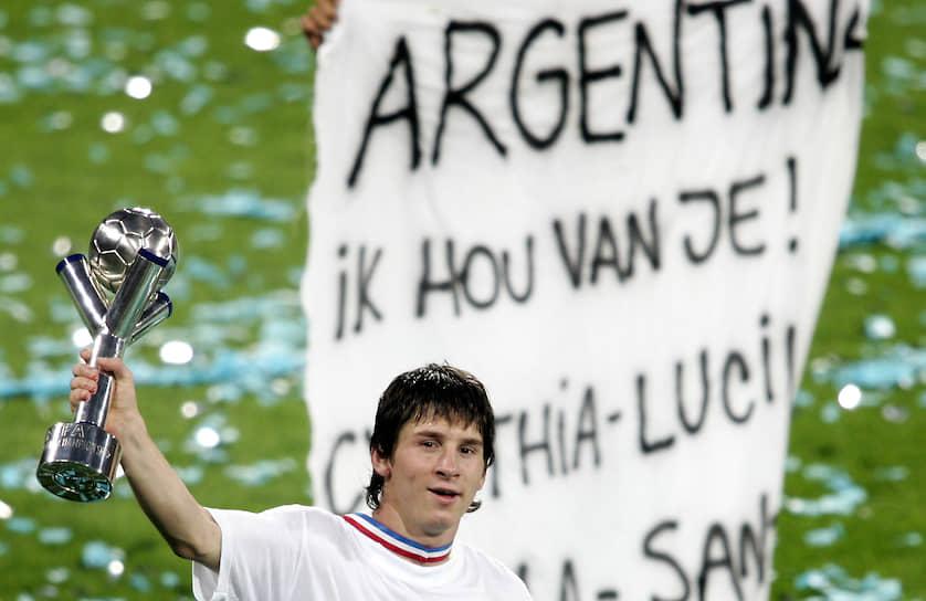 В детстве Лео страдал от недостатка гормона роста. Для лечения требовались дорогостоящие лекарства, на покупку которых у семьи не было средств. Однако в возрасте 13 лет Месси заметила «Барселона», которая оплатила его лечение и переезд семьи в Испанию. В своем первом же матче за юношескую команду он забил 5 голов, а всего за сезон — 37 мячей в 30 матчах. Его дебют за молодежную сборную Аргентины состоялся в 2004 году (предложение выступать за сборную Испании футболист отклонил), а всего год спустя Месси выиграл молодежный чемпионат мира в Нидерландах, где стал лучшим бомбардиром