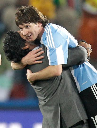 «Я с огромным уважением отношусь к таким чемпионам, как Пеле, Марадона или Ди Стефано, но я не хочу, чтобы меня сравнивали с ними сейчас. Поговорим об этом, когда я выйду на пенсию» <br>Лионеля Месси нередеко сравнивали с другой звездой мирового футбола — аргентинцем Диего Марадоной (на фото). В 2007 году Месси повторил два самых известных его гола: в матче с «Эспаньолом» забил мяч рукой, а в поединке против «Хетафе» в сольном проходе обыграл половину команды соперников, пробежав такое же расстояние (62 метра)
