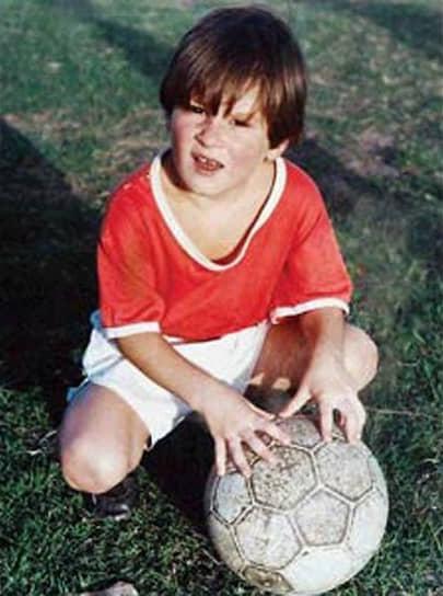 «Когда я был маленьким, друзья вечно звали меня гулять, но я редко шел с ними, потому что знал, что завтра у меня тренировка. С тех пор ничего не изменилось» <br>Лионель Андрес Месси родился 24 июня 1987 года в аргентинском городе Росарио. Футболом мальчик начал заниматься уже в пятилетнем возрасте, поскольку его отец — Хорхе Месси — подрабатывал тренером местной футбольной команды. Когда Лео исполнилось восемь, он уже играл в родном городе за профессиональный футбольный клуб «Ньюэллс Олд Бойз», где стал настоящим лидером команды