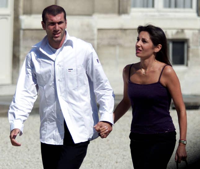 Еще на заре своей карьеры Зинедин Зидан познакомился с Вероник Лентиско-Фернандес (на фото), которая стала его супругой в 1994 году. У пары четыре сына, которые тоже играют в футбол в разных амплуа