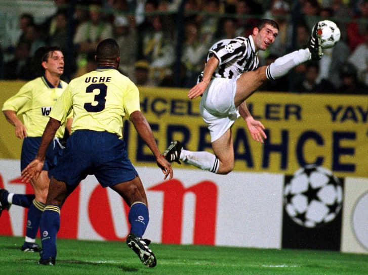 В 1996 году туринский клуб «Ювентус» за $7 млн купил Зидана. В этом клубе французский футболист играл пять лет. В составе команды он дважды становился чемпионом Италии, выиграл суперкубок Италии и Европы