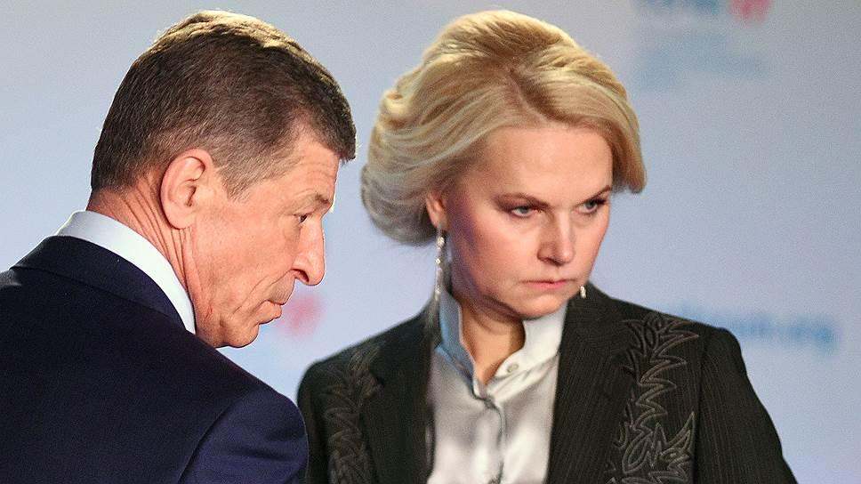 Глава Счетной палаты Татьяна Голикова (справа) сообщила вице-премьеру Дмитрию Козаку о неэффективной реализации ФЦП по развитию Крыма и Севастополя до 2020 года