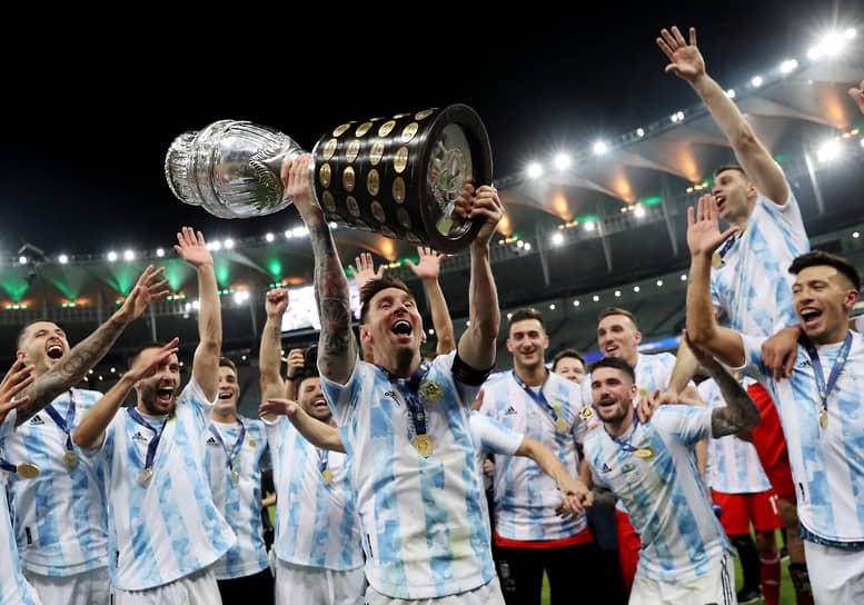В ночь на 11 июля состоялся финальный матч Кубка Америки-2021 Аргентина — Бразилия. Встреча прошла в Рио-де-Жанейро на стадионе «Маракана» и завершилась победой аргентинской команды со счетом 1:0. По итогам матча Месси признан лучшим игроком Кубка Америки-2021