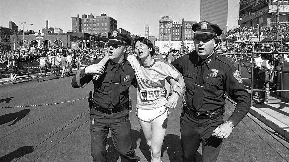 Рози Руис (на фото) была признана победительницей женского забега на Бостонском марафоне 1980 года. Ее время — 2 часа 31 минута 56 секунд — стало рекордом дистанции в Бостоне. Однако зрители шоу заявили, что она проехала большую часть на метро и лишь за полмили до финиша вышла на дистанцию. Судьи признали факт мошенничества, и победу отдали Жаклин Гаро. Этот случай заставил организаторов марафонских забегов в обязательном порядке использовать чипы на дистанциях
