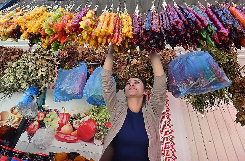 Те, кому не хватает денег на фрукты, могут полакомиться чурчхелой