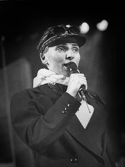 В 1982 году на закрытых музыкальных концертах в Москве появилась новая персона — Иванна Андерс. Зрители отмечали её талант и «чистый голос». Как выяснилось позже, под псевдонимом скрывалась Жанна Агузарова. В этом же году она стала солисткой группы «Браво»