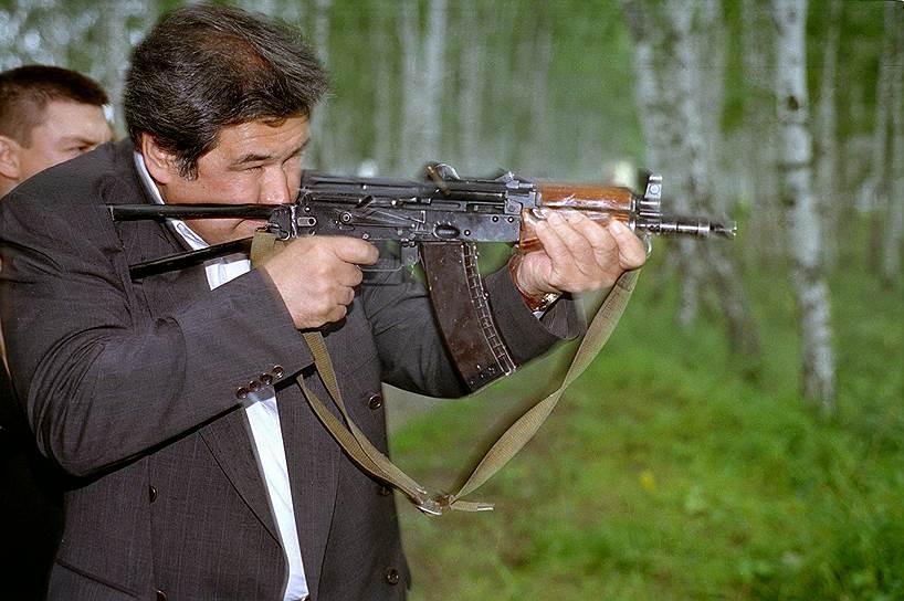 В июле 1997 года указом президента РФ был назначен главой администрации Кемеровской области. В октябре 1997 года победил на выборах губернатора области, набрав 94,5% голосов. Переизбран в 2001 году с результатом в 93,5% голосов