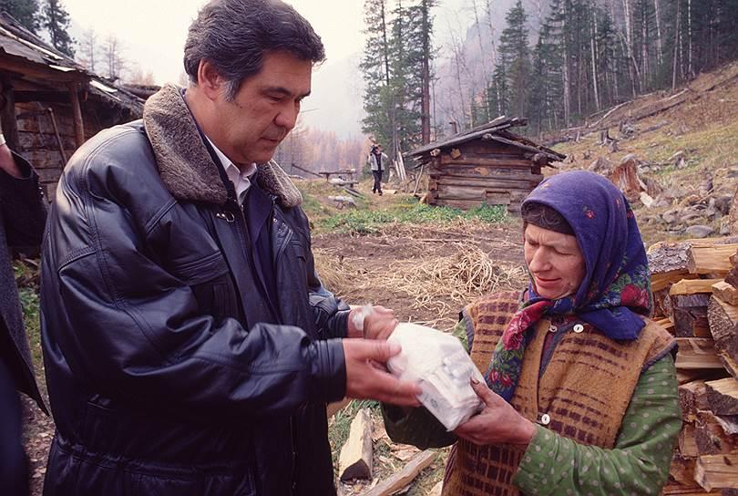 В 1990-1993 годах господин Тулеев фактически сосредоточил в своих руках законодательную и исполнительную власть в Кемеровской области: в 1990 году стал председателем областного совета народных депутатов и одновременно возглавил Кемеровский облисполком