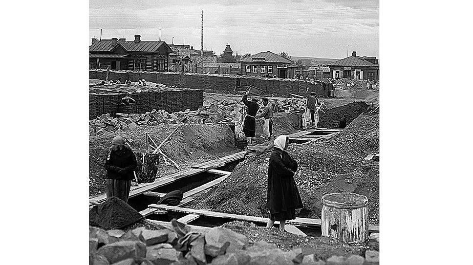 Строительство жилья было фактически прекращено во время революции и возобновилось только к 1925 году