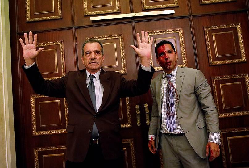 5 июля. Сторонники президента Венесуэлы Николаса Мадуро в День Независимости штурмовали здание парламента страны, в котором большинство спикеров представляют оппозиционную партию. Нападавшие удерживали в здании более 350 человек, включая политиков, журналистов и посетителей. В ходе столкновений были ранены пять оппозиционных депутатов