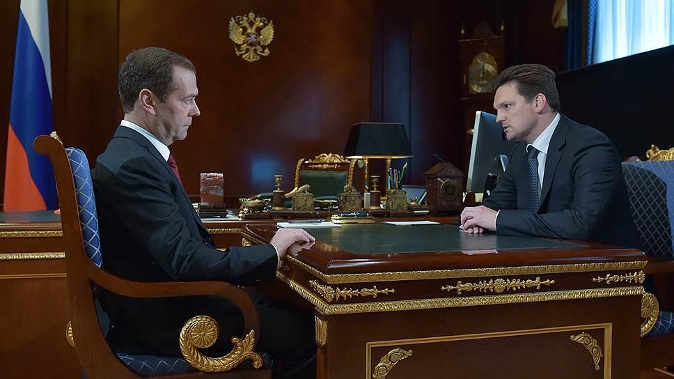 Председатель правительства РФ Дмитрий Медведев и назначенный на должность генерального директора ФГУП «Почта России»  Николай Подгузов (справа)