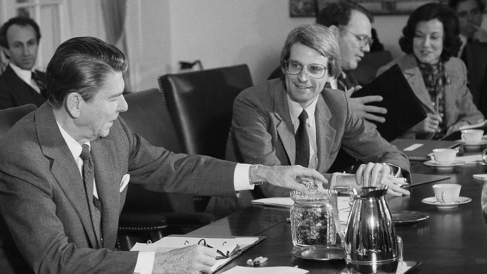Президент США Рональд Рейган и начальник бюджетного отдела администрации Дэвид Стокман в 1981 году готовят подорожание доллара