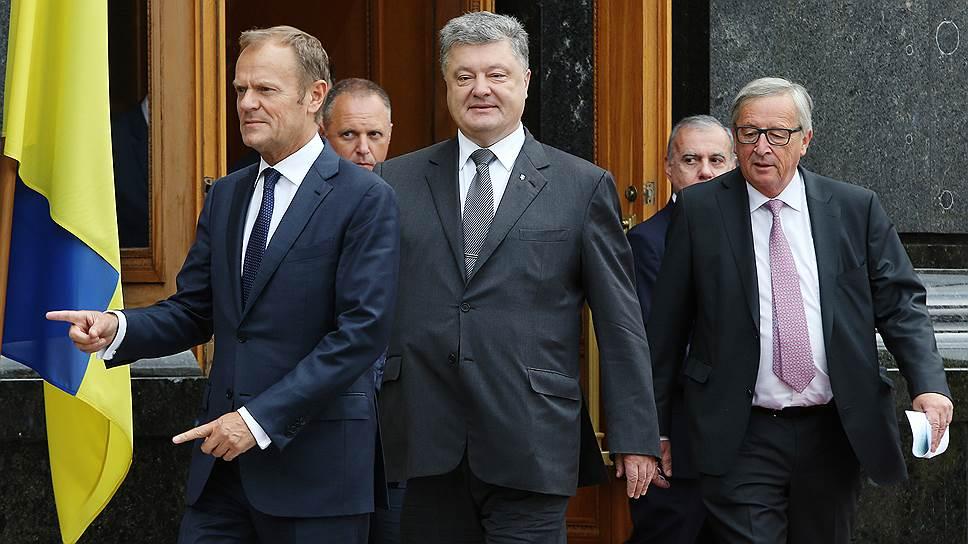 Председатель Европейского совета Дональд Туск (слева), президент Украины Петр Порошенко (в центре) и президент Европейской комиссии Жан-Клод Юнкер