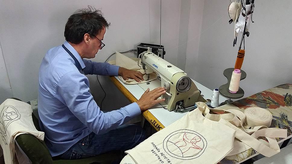Руководитель швейной мастерской в Неготино Борче Атанасов последние 10 лет живет на свободе — всю свою жизнь до этого он провел в психоневрологическом интернате