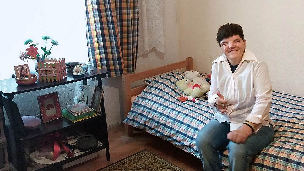 Верчи Кристова несколько лет назад переехала из психоневрологического интерната в проект сопровождаемого проживания. В интернате она была «пациентом», а здесь — обычный городской житель, и теперь в ее комнате только две кровати, а не шесть, как было в интернате