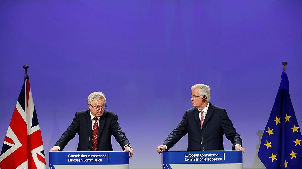 Министр по выходу Великобритании из Европейского союза Дэвид Дэвис (слева) и бывший еврокомиссар и экс-глава МИД Франции Мишель Барнье
