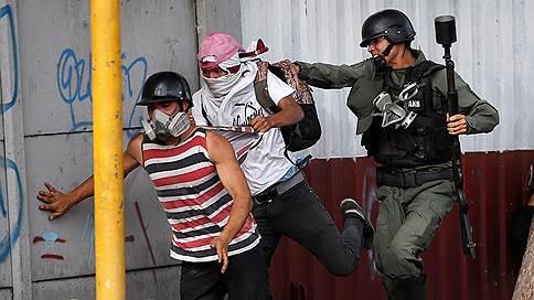 США эвакуируют семьи своих дипломатов из Венесуэлы // в преддверии воскресного голосования, которое может привести к новым волнениям