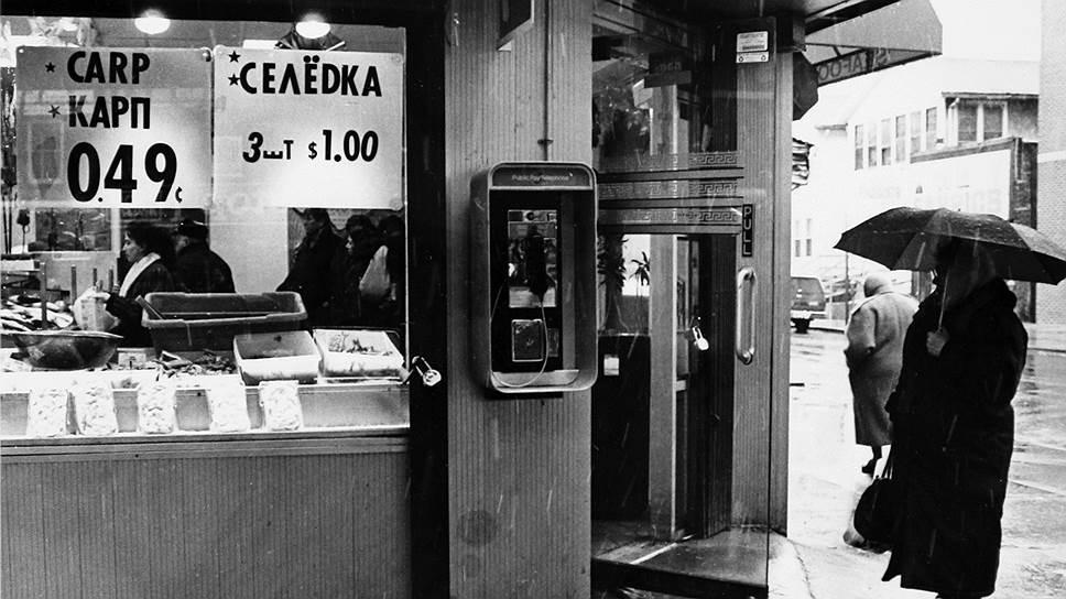 Гиперинфляция приучила россиян пересчитывать цены и зарплаты в долларах