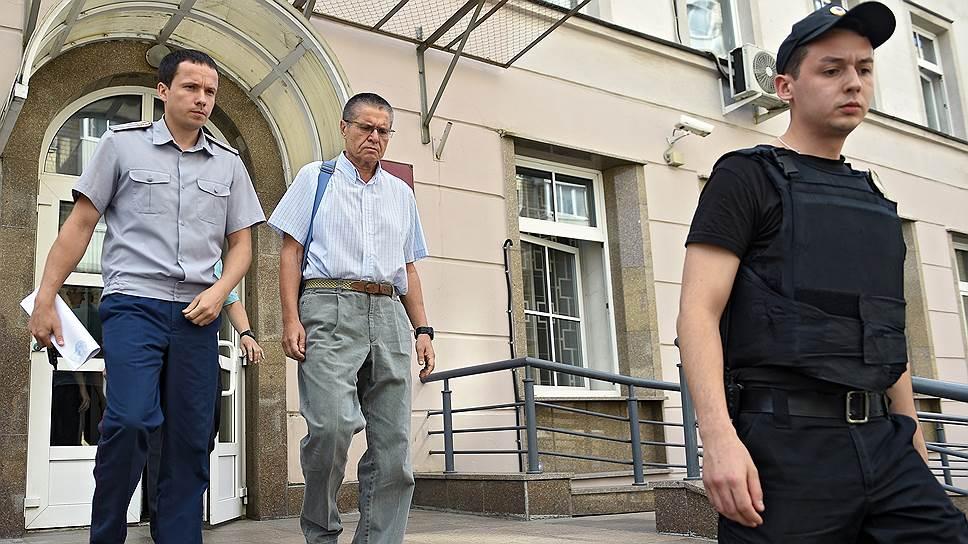 Бывший министр экономического развития России Алексей Улюкаев (в центре)
