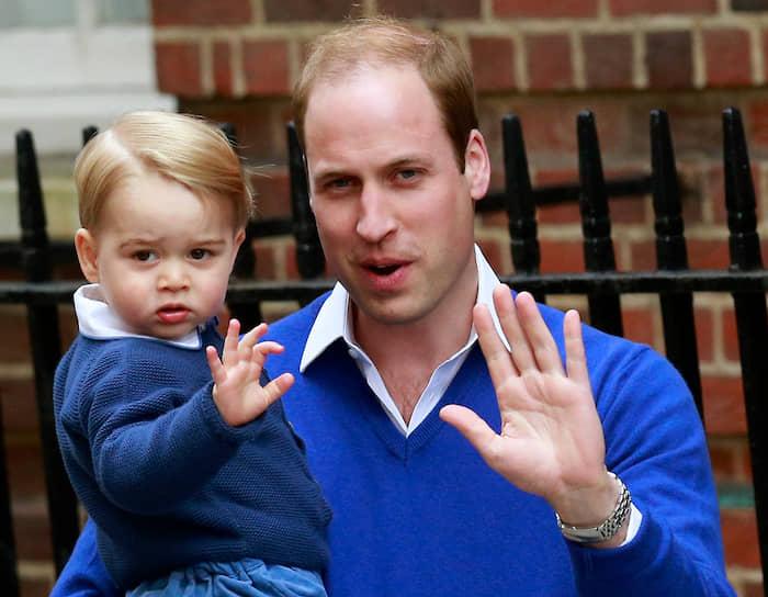 Старший сын принца Уэльского Чарльза и его первой жены, принцессы Дианы, внук королевы Великобритании Елизаветы II принц Уильям. Занимает второе место в линии престолонаследия Великобритании. В июне 2015 года Daily Mail написала со ссылкой на источники, что юный принц Джордж (на фото) также предпочитает пользоваться левой рукой