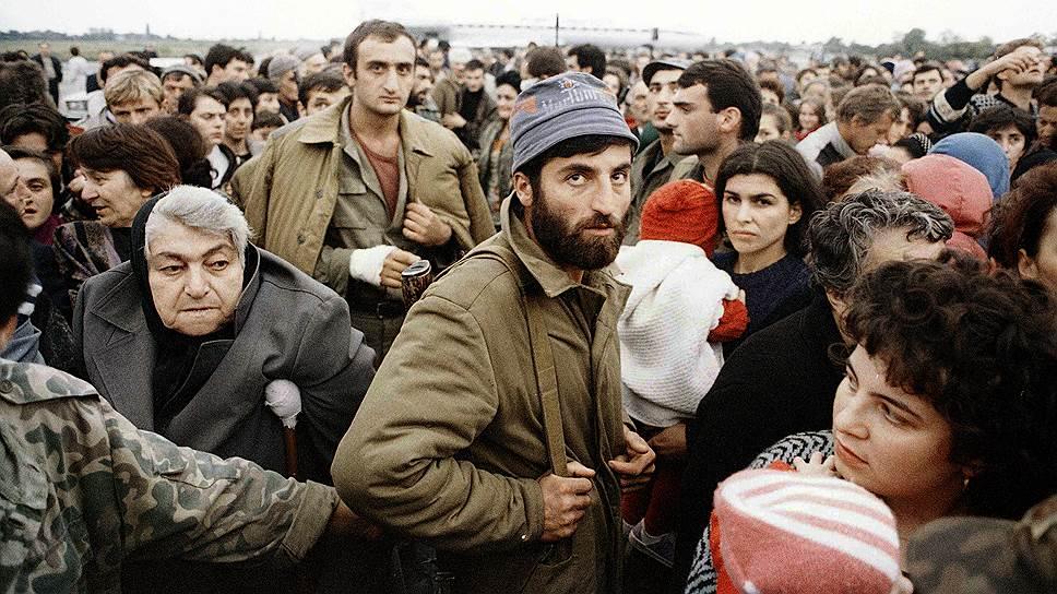 В августе 1992 года войска Грузии вошли в Абхазию, оккупировав Гальский, Очамчирский и Гульрипшский районы, армия вышла к восточным пригородам Сухума, где начались вооруженные столкновения с абхазскими формированиями  На фото: грузинские семьи эвакуируются из Сухума