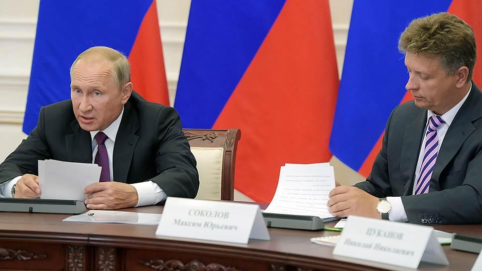 Президент России Владимир Путин (слева) и министр транспорта России Максим Соколов