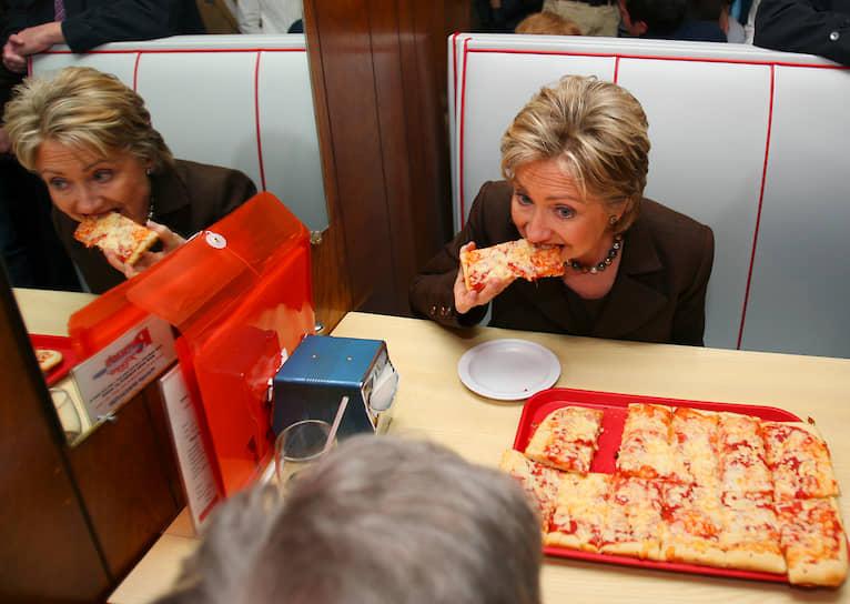 В 2015 году во время президентской предвыборной гонки в США Хиллари Клинтон потратила на фастфуд и сладости гораздо больше других кандидатов: почти $2 тыс. на пончики Dunkin` Donuts и больше $9 тыс. на пиццу. Вторым в этом рейтинге стал республиканец Джеб Буш, отдавший за них $402 и $3,5 тыс. соответственно