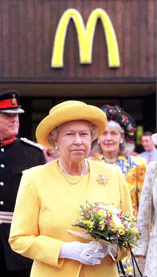 """Охранник Елизаветы II в интервью Star Magazine: «Каждую неделю поздно вечером королева просит своего водителя отвезти ее в ближайший McDonald`s, где один из ассистентов заказывает для монаршей персоны бургер Big Mac, клубничный молочный коктейль и яблочный пирожок. Только королева не возвращается со своей """"добычей"""" во дворец, а катается вокруг него, наслаждаясь едой в машине»"""