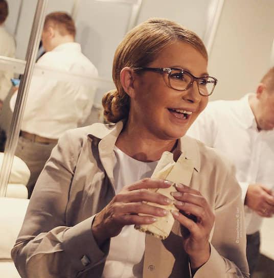 Летом 2019 года лидер украинского объединения «Батькивщина» Юлия Тимошенко опубликовала в соцсетях снимок с сосиской в лаваше: <br>«Шаурдог. Микс традиций и инноваций. Сосиска, завернутая в лаваш. Новое блюдо украинской политики. Иногда неожиданные решения дают самый лучший результат»,— отметила она