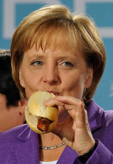 В 2016 году канцлер Германии Ангела Меркель в перерыве между переговорами ЕС и Великобритании выбежала перекусить в уличное кафе картофелем с майонезом, сдобренным перцем и помидорами, но одним из ее самых любимых блюд остается шашлык