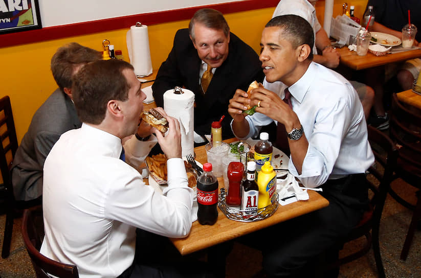 Дмитрий Медведев: «Это вкусная еда, но я редко ее себе позволяю»<br> В 2010 году президенты США и России Барак Обама и Дмитрий Медведев после официальной встречи в Белом доме съели по бургеру в ресторане быстрого питания Ray`s Hell Burger