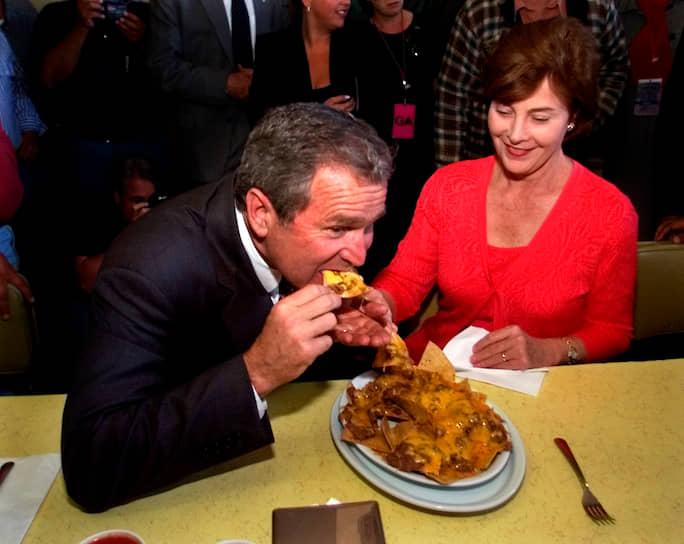 Во время президентской кампании 2000 года республиканцы Джордж Буш-младший (на фото) и Джон Маккейн посетили калифорнийский ресторан La Simpatia. Тогда в американской прессе отмечали, что основной целью политиков стали не начос под расплавленным сыром, а симпатии латиноамериканских избирателей
