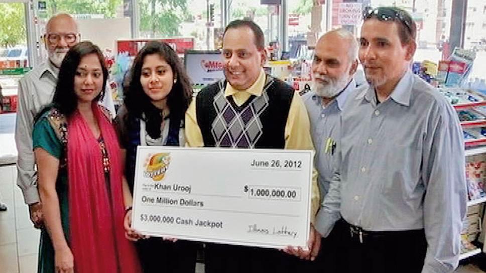 Урудж Хан радовался выигранному в лотерею миллиону долларов вместе с родными