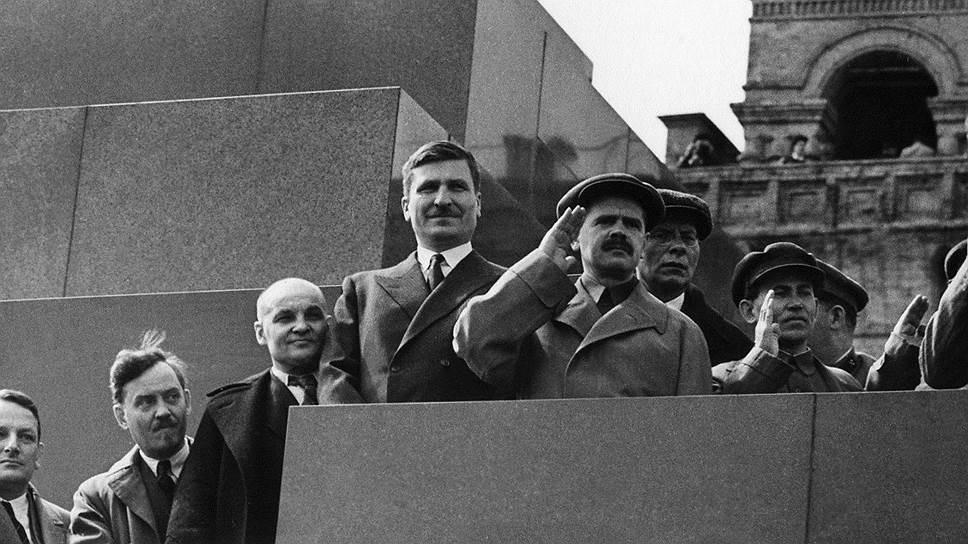 В заявлении арестованного Рудзутака (на фото — второй справа, в очках) на имя наркома Ежова (первый справа) разоблачались секретарь ЦК Андреев (третий справа) и зампреды Совнаркома Чубарь (четвертый справа) и Межлаук (первый слева)