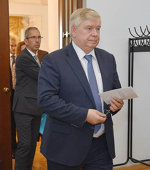 Заместитель генерального секретаря Организации договора коллективной безопасности (ОДКБ) Валерий Семериков (справа)