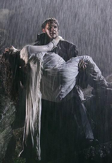 В 2009 году актер сыграл главную мужскую роль в экранизации романа британской писательницы Эмили Бронте «Грозовой перевал» (на фото). По окончании съемок у Тома Харди и актрисы Шарлотты Райли (в «Грозовом перевале» роль Кэти) завязался роман. В 2014 году СМИ написали об их тайной свадьбе