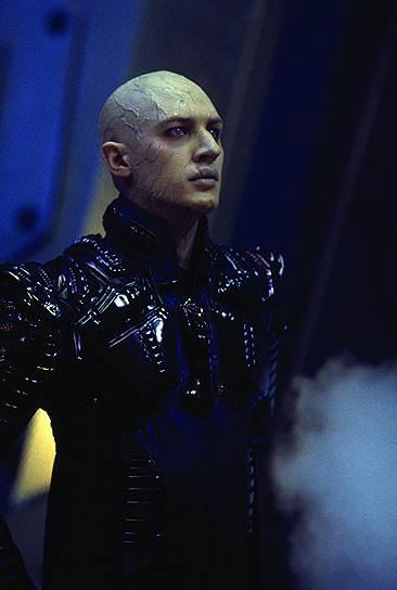 «Мне все равно, сколько дублей сделает режиссер, я буду работать до упора. Иногда первый дубль идеален, иногда 59-й, 68-й или 83-й. Главное — качество»<br> Том Харди дебютировал в 2001 году в картине Ридли Скотта «Черный ястреб», получившей две премии «Оскар». В 2002 году Том Харди снялся в десятой части легендарного научно-фантастического фильма «Звездный путь: Возмездие» (на фото)
