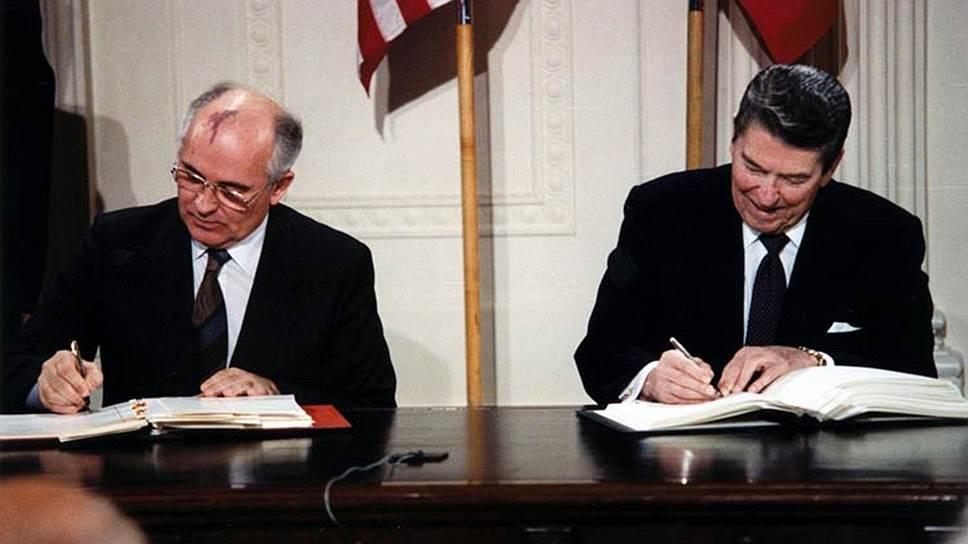 Подписание Договора о ликвидации ракет средней и меньшей дальности в 1987 году генсеком КПСС Михаилом Горбачевым и президентом США Рональдом Рейганом