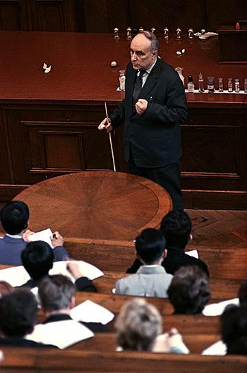 С 1951 по 1961 годы Академию наук возглавлял химик-органик Александр Несмеянов.  Он ввел в науку понятие «элементоорганическая химия» и стал основоположником химии искусственной и синтетической пищи. Именно ему удалось впервые получить искусственную черную икру, названную позже «белковой зернистой икрой»