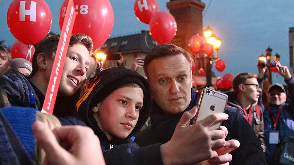 Оппозиционер Алексей Навальный (справа)