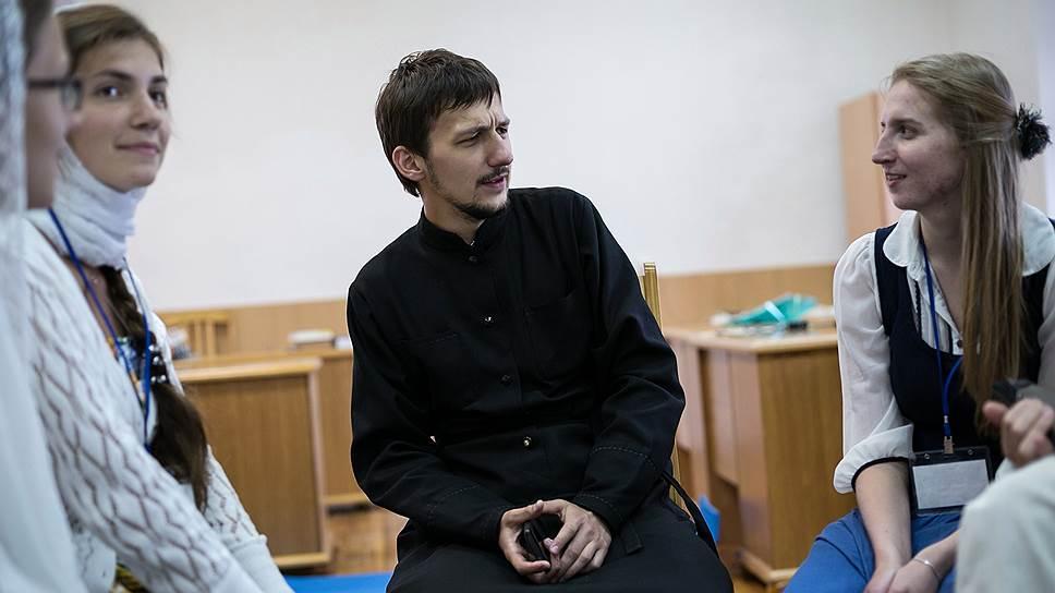 Священник из Минска Александр Кухта при изготовлении роликов явно берет пример с самого известного интервьюера рунета Юрия Дудя