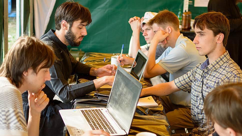 Проповеди чтеца Кирилла Алексина (второй слева) собирают на YouTube по нескольку сотен просмотров