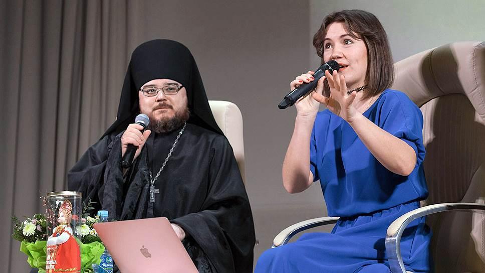 За проект «Батюшка онлайн» его создательница Надежда Земскова (справа) получала благодарственные письма и дипломы от патриарха, Фонда инициатив Светланы Медведевой, а также победила в номинации «Просветитель года» Общественной палаты