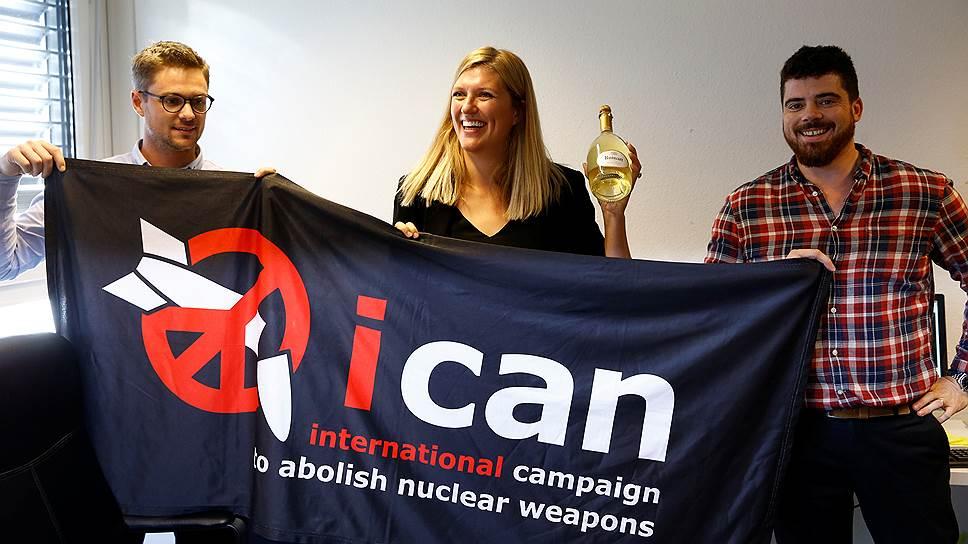 Исполнительный директор ICAN Беатрис Фин (в центре), ее муж Уилл Фин Рамсей (справа) и координатор сообщества Даниэль Хёгстда