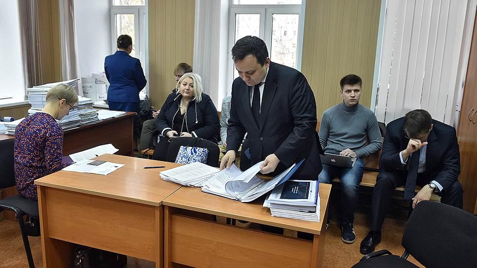 Адвокат Сергей Бадамшин (в центре)